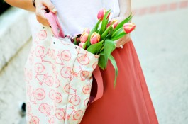 mom-style-spring-skirt-tank-tulips-bike-bag-02